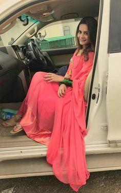 "Aiman Khan on the sets of Upcoming Drama Serial "" Hari Hari Churian "" 😍 ✨ Pakistani Formal Dresses, Pakistani Outfits, Pakistani Clothing, Aimen Khan, Simple Anarkali, Bridal Mehndi Dresses, Pakistani Culture, Senior Girl Poses, Pakistani Actress"