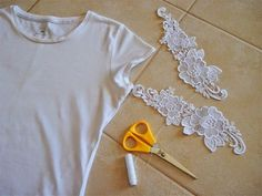 Chic Compass: DIY t-shirt makeover Fotos e customização: Chic Compass Salvar Simple DIY T-shirt Makeover - A simple piece of old lace can make a huge difference. Your white t-shirt may even have the chance to become your favorite one How to Customize T- Diy Clothes Jackets, Diy Clothes Jeans, Diy Clothes Tops, Diy Summer Clothes, Diy Clothes Rack, Diy Clothes Refashion, Diy Clothes Videos, Shirt Refashion, T Shirt Diy