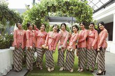 Outdoor Javanese Wedding at De La Rossa Kemang - Thepotomoto - Tiwi Vera Kebaya, Kebaya Lace, Kebaya Brokat, Batik Kebaya, Batik Dress, Javanese Wedding, Indonesian Wedding, Beanie Boos, Hijab Dress Party
