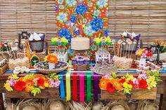 Decoração de festa junina. Uma ideia bem legal para decorar sua mesa de festa junina é misturar estampas como a chita e o xadrez!