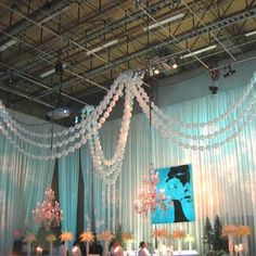 pearl necklace balloons - Google Search Tiffany Theme, Tiffany Party, Tiffany Blue, Balloon Ceiling, Ceiling Decor, Ceiling Design, Pearl Decorations, Balloon Decorations, Balloon Ideas