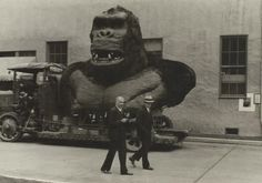 Kong head on a flatbed, with Willis O'Brien talking to Merian Cooper in the foreground.