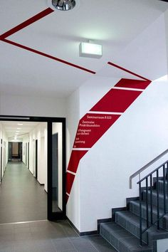 Coca-Cola Design+ Award Nice use of a bold color in a sterile hallway to clearly let conference attendees know which way to head - Leitsystem der Universität Vechta Environmental Graphic Design, Environmental Graphics, Corporate Design, Retail Design, Wall Design, Display Design, Design Design, Inspiration Wand, Design Commercial