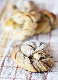 Swedish cinnamon buns rolls with sourdough / kanelbullar bakade på surdeg
