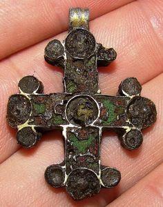 ювелирный крест с новгородской земли ок 13 в с эмалями. Оборотка покрыта позолотой