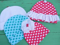 Knit Baby Hats Tutorial (allow minutes to complete one hat) Materials Needed: *Small pieces of knit fabric or use outgrown baby clothes. *Small pieces of contrasting knit fabric for the flowe… Sewing Machine Projects, Baby Sewing Projects, Sewing Crafts, Diy Baby Gifts, Baby Crafts, Baby Hats Knitting, Knitted Hats, Baby Hut, My Bebe