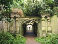 Highgate Cemetery in London - Alter Friedhof - Burgdame Highgate Cemetery London, Oh The Places You'll Go, Places To Visit, Old Cemeteries, Graveyards, Wanderlust, Cemetery Art, Catacombs, Teenager