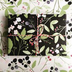 Blackberry gift wrapping. #blackberry #berries #illustration #illustratedgiftwrapping #giftwrapping #pattern #naturepattern #present #fruits #lottedirks
