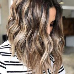 Your locks lack some delicate tints! Have you discovered that balayage or ombre hair colors can make you look unique? Come and look for the trendy balayage and ombre hair highlights for 2019 at TheTrendyHairstyles. Blonde Balayage Highlights, Hair Color Balayage, Brown Highlights, Caramel Highlights, Bayalage, Balayage Brunette, Long Bob Balayage, Fall Balayage, Natural Highlights