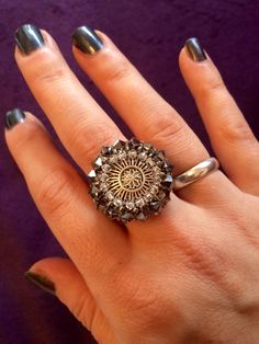 Ein alter Knopf mit Swarovskiperlen umfädelt wird zum Ring