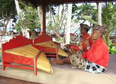 Makan siang restoran Tirta, Hotel Sanur Beach. Sulung and tingklik players. Sebuah besar gelas bir Bintang. Indah sekali!  Translation: Lunch at Sanur Beach Hotel. A large glass of cold Bintang beer while listening to two musicians who have been part of my life since 1980.