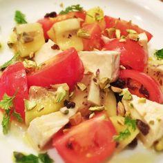 オリーブオイルとお塩でトマトとキウイの甘みが引き立ちます。 ピスタチオがアクセントです。 - 94件のもぐもぐ - キウイフルーツ トマト カマンベールのサラダ by mariberry