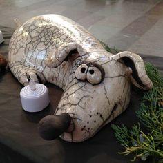 Lecture d'un message - mail Orange Sculptures Céramiques, Dog Sculpture, Pottery Sculpture, Pottery Animals, Ceramic Animals, Clay Animals, Porcelain Clay, Ceramic Clay, Kids Clay