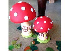 Lindo trio de cogumelos modelados e revestidos em biscuit, rico em detalhes!    Com certeza dará um charme ainda maior na festa da sua princesa!    Perfeito para decorarem temas como princesas, jardim encantado, fadas e o que mais desejar!    As fotos ao lado são da mesa decorada pela nossa parce...