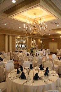 Grassy Hill Country Club in Orange CT is located in the beautiful Connecticut countryside with its rolling hills, gives a panoramic backdrop for unique wedding pictures.