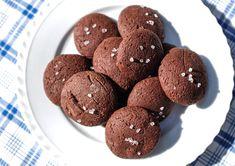 Žitné čokoládové sušenky s hrubou solí. Cookies, Chocolate, Food, Crack Crackers, Biscuits, Essen, Chocolates, Meals, Cookie Recipes