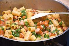 Pølsepande - nem opskrift med pølser, pasta og rucola - Madens Verden