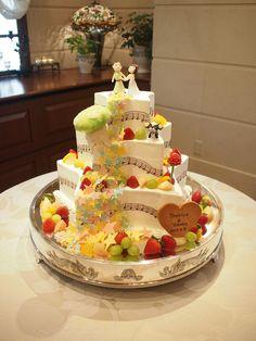 星の形のチョコレートがたくさん流れております。 ケーキの形も星の形です。幸せのメロディーが流れております。