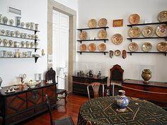 El Museo Guerra Junqueiro está situado en el pintoresco barrio de la Catedral. Esta casa del siglo XVIII realizada en estilo barroco perteneció al poeta Guerra Junqueiro, quien reunió a lo largo de su vida una bonita colección de muebles, orfebrería y platería portuguesa.