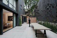 Terrasse Steinplatten Holz Sitzbank Metall Beine Haus Fassade