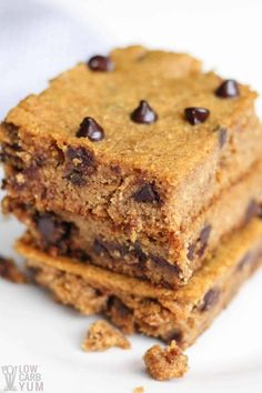 Easy to make low carb gluten free pumpkin bars with chocolate chips that have no sugar added. They're so good even the kids love them. #glutenfree #lowcarb #keto #lowcarbdesserts #ketodesserts #lowcarbrecipes #ketorecipes #weightwatchers #Atkins #pumpkin #pumpkinbars | LowCarbYum.com Low Carb Desserts, Gluten Free Desserts, Easy Desserts, Low Carb Recipes, Dessert Recipes, Paleo Recipes, Free Recipes, Chocolate Chip Bars, Pumpkin Chocolate Chips