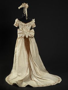 If you thought bark cloth was only stiff and coarse, think again. It can be as soft and flowing as velvet as this stuning wedding dress demonstrates. Object: Wedding Dress | Collections Online - Museum of New Zealand Te Papa Tongarewa