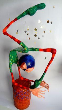 Equilibrio, papel maché y material reciclado