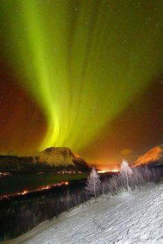 Aurora Boreales over Volcano, Balsfjord, Norway_费迪卡 - 美丽鸟