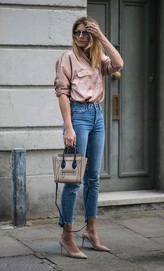 Street style look camisa seda, calça jeans e scarpin nude.