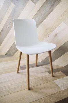 Podlaha i obklady stěn ze dřeva Mardegan, realizace BOCA. / Floor and wall covering from Mardegan wood, BOCA realization. Showroom, Dining Chairs, Flooring, Wood, Cover, Projects, Furniture, Home Decor, Madeira