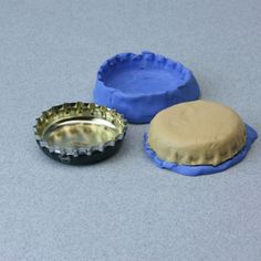 Make a Pie Crust Mold for Dolls House Scale Polymer Clay Pies: Using a Press Mold to Make a Miniature Pie Crust From Polymer Clay Polymer Clay Dolls, Polymer Clay Miniatures, Polymer Clay Crafts, Dollhouse Miniatures, Miniature Crafts, Miniature Food, Miniature Dolls, Miniature Tutorials, Biscuit
