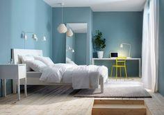 STILE ESSENZIALE Nella camera Ikea, il letto Nordli ha la testiera inclinata per consentire di leggere e lavorare al pc comodamente.
