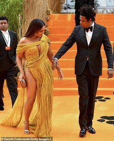Beyonce & Jay-Z Look So In Love Together at 'Lion King' European Premiere!: Photo Can you feel the love tonight between Beyonce and Jay-Z? The Lemonade icon and the rapper paired up together at the European premiere… 4 Beyonce, Beyonce Style, Beyonce And Jay Z, Beyonce Knowles Carter, Beauty And Fashion, Queen B, Belleza Natural, Celebs, Celebrities