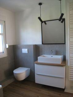 Holzboden, graue Wand, Holzplatte, weißer Schrank