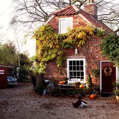 Halloween + cute cottage = lovely