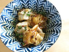 Dumplinger i chilliolie | 红油抄手 | hong yau ciao sau Asian Recipes, Meat, Chicken, Food, Asian Food Recipes, Meals, Cubs