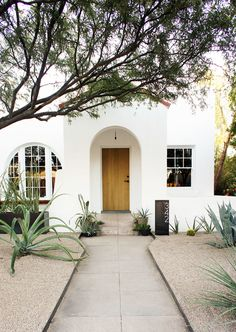 Get the Look: Modern Bungalow Gorgeous exterior home – love the natural wood door! Spanish Style Homes, Spanish House, Spanish Revival, Mission Style Homes, Mediterranean Style Homes, Spanish Colonial, Bungalows, Exterior Design, Interior And Exterior