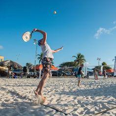Prepare-se para um dos torneios de Beach Tennis mais famosos do mundo: o Beach Tennis Open Aruba. Atletas do mundo todo competirão nas areias de Eagles Beach: em 20 quadras, com todos os níveis do esporte. Além disso, há muita festa durante o evento para todos se divertirem. #ArubaEssaIlhaPega  #OneHappyIsland #EsportesEmAruba
