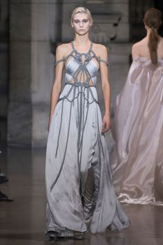See the complete Yiqing Yin Spring 2016 Couture collection.