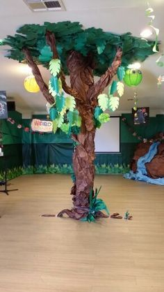 Up close! VBS 2014 WEIRD ANIMALS! tree from cardboard and construction paper Diy Jungle Decorations, Decoration Creche, School Decorations, Cardboard Animals, Paper Animals, Cardboard Tree, Classroom Themes, Paper Tree Classroom, Paper Trees