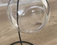 Transparentná sklenená guľôčková váza so stojanom,.