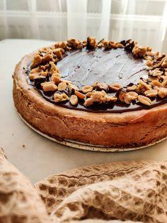 Martina Michlikova: 🤍 Peanut butter cheesecake 🤍 Posledne dni som doma obzerala nacate arasidove maslo.. na chlebiku uz bolo, na kasi uz bolo, s bananom uz bolo, s dzemom uz bolo.. takze kde este nebolo? 😂 Trochu som sa aj obavala ako vypali kombinacia cheesecake s peanut butter, rozumej tvarohovo - mascarpone - creamecheese - smotanova plnka s arasidovym maslom ale vysledok riadne prekvapil! Myslim ze tento kolacik je idealny pre vsetkych peanut butter nadsencov, tak uz ti neostava nic ine a