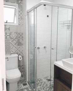 """Banheiro social! ✨ Quando compramos o apê achamos que seria impossível tomar banho nesse pequeno espaço do box, mas depois de estar tudo em seu lugar, até que ficou bom! Ainda estamos sem espelho, o armário não está pronto, mas resolvi postar a foto mesmo assim para mostrar a vocês a evolução! Vai rolar uma """"escada"""" rústica ali acima do vaso para pendurar uma cestinha com toalhas e produtos. Fica fofo e é útil!  Piso: essence decor neutro, revestimento: metro white @elianerevestimentos"""