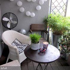 Kleiner Balkon Mit Loom Stühlen.
