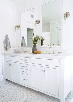 A good coastal decor home planning hint is to keep the ceiling color at least a hue or two brighter than the other walls in the room. Modern Mediterranean Homes, Mediterranean Architecture, Modern Homes, Tuscan Homes, Coastal Bathrooms, Coastal Living Rooms, Beach Cottage Decor, Coastal Decor, Coastal Cottage