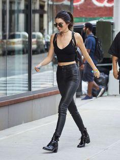 Out em Nova York vestindo um top cultura negra por Are You Am I, Unravel calças de couro pretas e botas de Louis Vuitton.