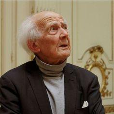 Cuando escucha la primera pregunta, Zygmunt Bauman se endereza levemente sobre el estampado floral de su butaca. Luego arquea sus cejas, con pelos largos como meñiques. Y, tras una