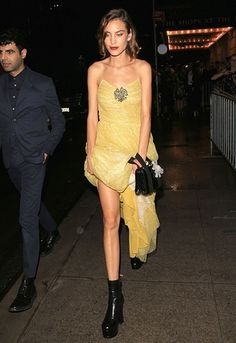 Alexa Chung at Harper's Bazaar Icon Event at New York Fashion Week wearing a yellow Gucci dress Tokyo Fashion, New York Fashion, Star Fashion, Fashion News, Fashion Outfits, High Fashion, Alexa Chung Style, French Girl Style, Fashion Capsule