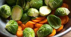 Báječná polévka, které se málokterá vyrovná. Na dvou lžících oleje necháme změknout pokrájenou cibuli, přidáme rozdrobenou kostku kvasnic (a... Sprouts, Spinach, Vegetables, Food, Essen, Vegetable Recipes, Meals, Yemek, Veggies