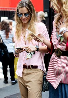 La chemise rose pâle un brin froissée, une bonne alternative à la chemise blanche ! (blog The Sartorialist)